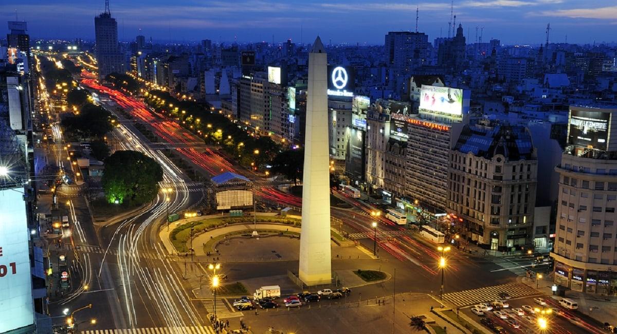 Panoramic nighttime view of traffic around Obelisco